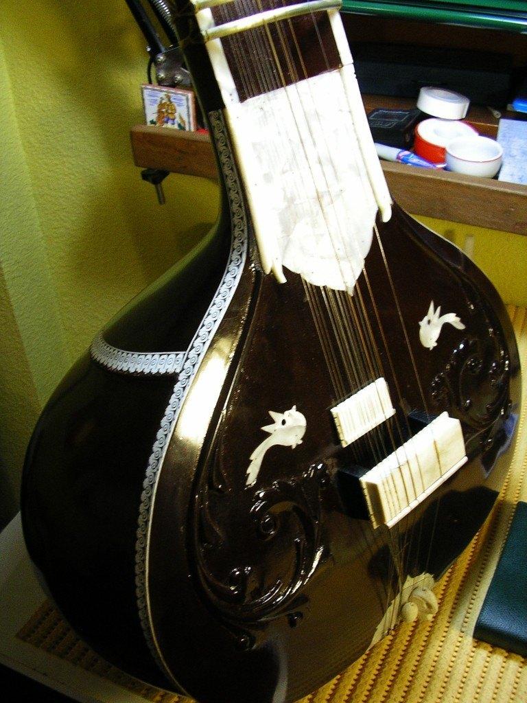 Reparación y ajuste de un sitar de concierto construido en la India.